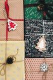 Disposizione del piano di Natale vista superiore avvolta alla moda dei contenitori di regalo, con o Immagine Stock Libera da Diritti