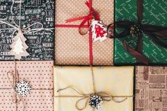 Disposizione del piano di Natale vista superiore avvolta alla moda dei contenitori di regalo, con o Immagini Stock
