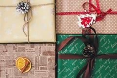 Disposizione del piano di Natale vista superiore avvolta alla moda dei contenitori di regalo, con o Fotografia Stock