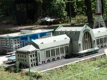 disposizione della costruzione della stazione alla mostra delle indicazioni in miniatura fotografia stock libera da diritti