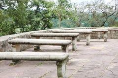 La lastra di pietra benches fuori del tempio di Chausat Yogini a Jubbulpore, India fotografia stock