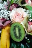 Disposizione della frutta e del fiore Fotografie Stock