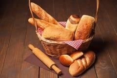 Disposizione della merce nel carrello e del matterello del pane Fotografia Stock