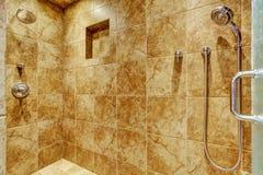 Disposizione della parete delle mattonelle del granito in bagno di lusso Immagine Stock