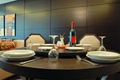 Disposizione della Tabella in un ristorante costoso di haute cuisine immagini stock