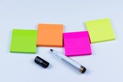 Disposizione delle note appiccicose colorate con la penna di indicatore Fotografia Stock Libera da Diritti