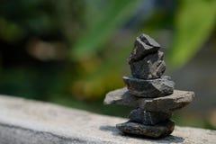 Disposizione delle pietre secondo il metodo di zen fotografia stock