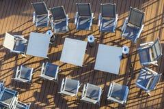 Disposizione delle sedie e delle tavole sulla piattaforma senza gente Fotografia Stock