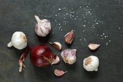 Disposizione di aglio e delle cipolle con il salgemma Fotografia Stock Libera da Diritti