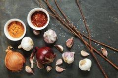 Disposizione di aglio e delle cipolle con le spezie del pepe Immagine Stock Libera da Diritti