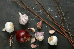 Disposizione di aglio e delle cipolle rosse Immagine Stock Libera da Diritti
