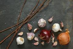 Disposizione di aglio e delle cipolle rosse e gialle Fotografia Stock