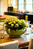 Disposizione di fiore fresco sulla tabella della sala da pranzo Fotografia Stock Libera da Diritti