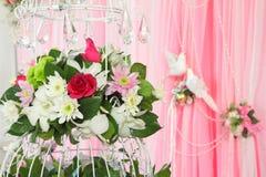 Disposizione di fiori esotica sopra favoloso dentellare e bianco Immagini Stock