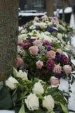 Disposizione di fiori funerea nello snowon un cimitero immagine stock libera da diritti