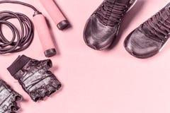 Disposizione di forma fisica di sport su fondo rosa fotografie stock
