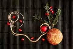 Disposizione di Natale con il pan di zenzero sul nero Fotografia Stock Libera da Diritti