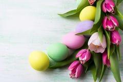 Disposizione di Pasqua con le uova dipinte colore pallido Immagine Stock