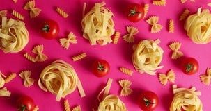 Disposizione di pasta e dei pomodori rossi video d archivio