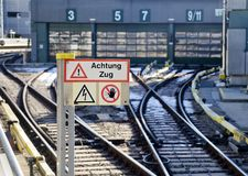 Disposizione di pista con il treno di cautela del segno del pericolo Fotografia Stock Libera da Diritti