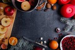 Disposizione di una pentola con la sangria della frutta, ramoscello dell'abete, bastoni di cannella ed arance Vista superiore Fotografia Stock Libera da Diritti