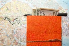 Disposizione di viaggio del diario dei dollari, della mappa e del blocco note fotografia stock