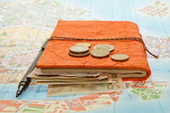 Disposizione di viaggio del primo piano di euro soldi, mappa e blocco note fotografia stock