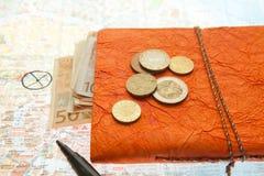 Disposizione di viaggio del primo piano di euro soldi, mappa e blocco note fotografia stock libera da diritti