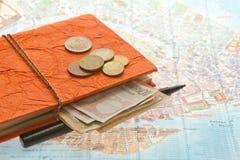 Disposizione di viaggio del primo piano di euro soldi, mappa e blocco note immagine stock libera da diritti