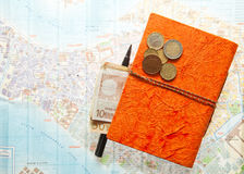 Disposizione di viaggio di euro soldi, mappa e blocco note fotografia stock libera da diritti