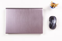 Disposizione e disposizione di posto di lavoro del computer portatile Fotografia Stock Libera da Diritti