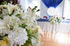 Disposizione elegante delle candele di American National Standard dei fiori Fotografia Stock Libera da Diritti
