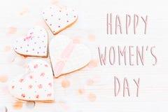 Disposizione felice del piano del segno del testo di giorno del ` s delle donne 8 marzo cuori rosa e c Fotografia Stock