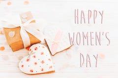 Disposizione felice del piano del segno del testo di giorno del ` s delle donne 8 marzo i cuori rosa scorrono Fotografie Stock Libere da Diritti