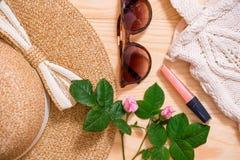 Disposizione femminile del piano dell'attrezzatura di modo di estate variopinta Cappello di paglia, borsa di bambù, occhiali da s Immagine Stock Libera da Diritti