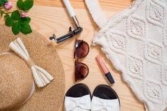 Disposizione femminile del piano dell'attrezzatura di modo di estate variopinta Cappello di paglia, borsa di bambù, occhiali da s Immagini Stock