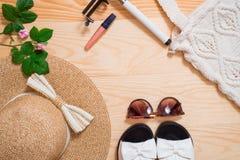 Disposizione femminile del piano dell'attrezzatura di modo di estate variopinta Cappello di paglia, borsa di bambù, occhiali da s Immagine Stock