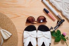 Disposizione femminile del piano dell'attrezzatura di modo di estate variopinta Cappello di paglia, borsa di bambù, occhiali da s Immagini Stock Libere da Diritti