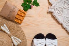 Disposizione femminile del piano dell'attrezzatura di modo di estate variopinta Cappello di paglia, borsa di bambù, occhiali da s Fotografia Stock