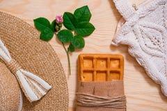 Disposizione femminile del piano dell'attrezzatura di modo di estate variopinta Cappello di paglia, borsa di bambù, occhiali da s Fotografie Stock Libere da Diritti