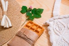 Disposizione femminile del piano dell'attrezzatura di modo di estate variopinta Cappello di paglia, borsa di bambù, occhiali da s Fotografia Stock Libera da Diritti