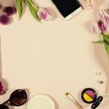Disposizione femminile di bellezza creativa dei fiori e dei cosmetici fotografie stock