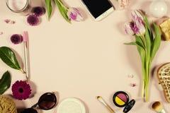 Disposizione femminile di bellezza creativa dei fiori e dei cosmetici immagine stock