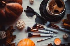 Disposizione flatlay alla moda con caffè, le spazzole, le candele, il telefono ed altri accessori fissi immagini stock