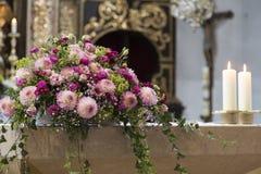 Disposizione floreale alle nozze Fotografie Stock Libere da Diritti