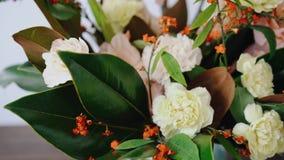 Disposizione floreale del primo piano Fiori in un vaso di vetro Donna che seleziona i fiori freschi per creare bello mazzo in vas video d archivio
