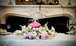 Disposizione floreale della tavola principale Immagine Stock