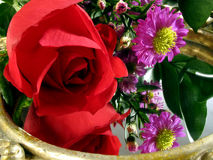 Disposizione floreale e riflessioni immagine stock