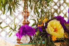 Disposizione floreale per decorare la tavola di nozze nel colore porpora Th Immagine Stock Libera da Diritti