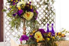 Disposizione floreale per decorare la tavola di nozze nel colore porpora Th Fotografia Stock Libera da Diritti
